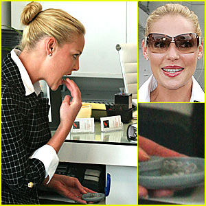 Katherine Heigl removing her Invisalign tray